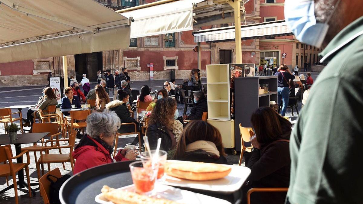 Clientes en una terraza de la plaza Belluga de Murcia, ayer.  Israel Sánchez