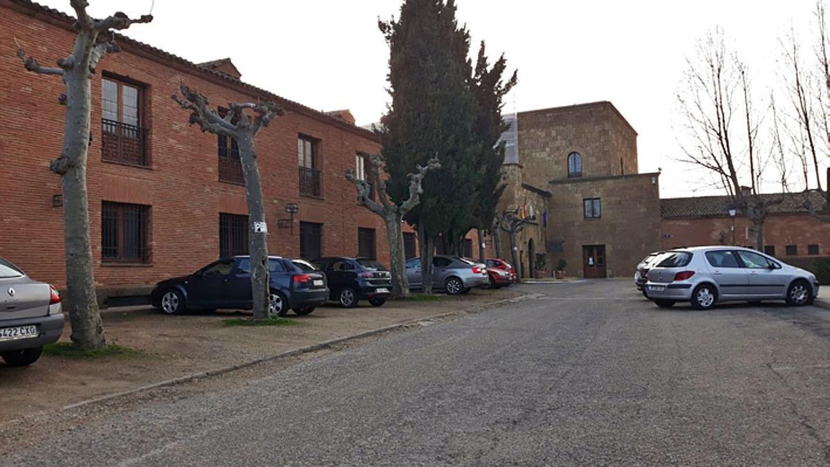 Zona de estacionamiento del Parador que se reurbanizará para mejorar la accesibilidad.   E. P.