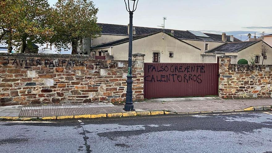 Pintadas en la casa en Castropol del número dos de Vox, Ortega Smith