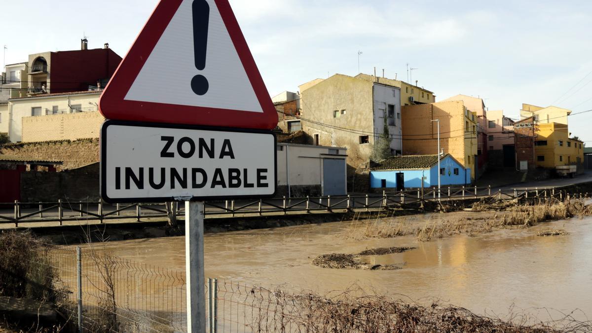 Imatge on es pot veure una senyal que alerta del risc d'inundació a un pont que travessa el riu Sió a Montgai, el 24 de gener de 2020.