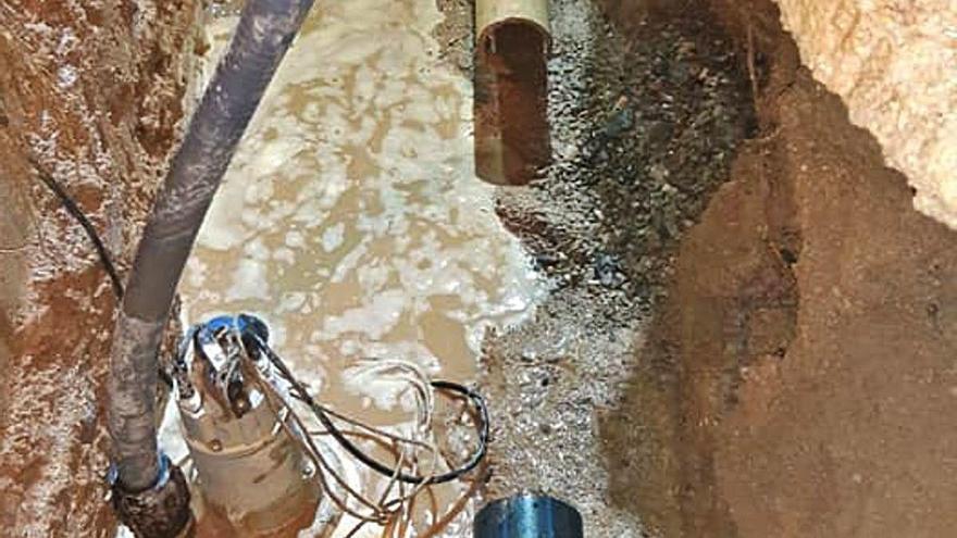 Una canonada d'aigua a la plaça de la Llevadora d'Anglès es torna a trencar