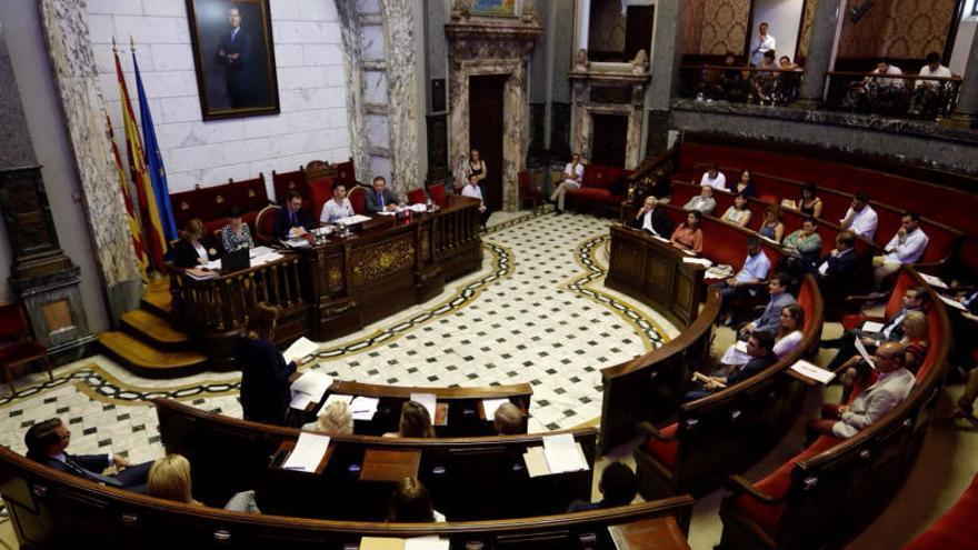 La legislatura arranca con críticas de la oposición por los recortes de los sueldos