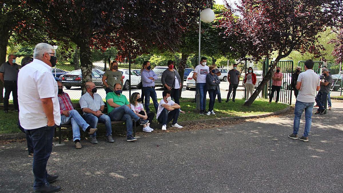 Representantes de Unións Agrarias con ganaderos, en el exterior del auditorio.     // BERNABÉ/ANA AGRA