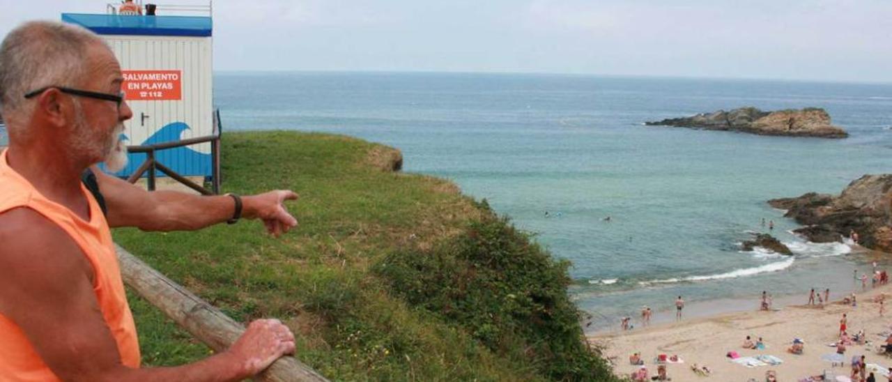 El jefe de salvamento de Tapia, Toño Alonso, ayer, en la playa de la localidad.