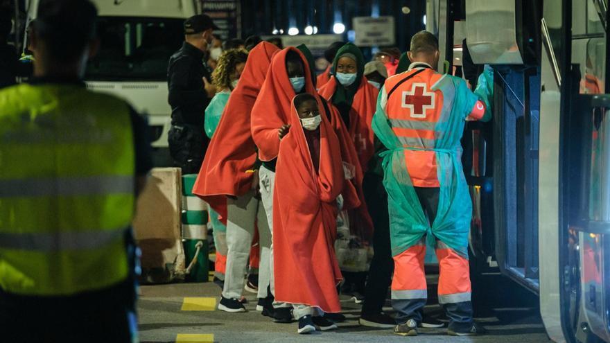 Cuatro hospitalizados entre los otros 32 supervivientes de la patera trasladada a Tenerife
