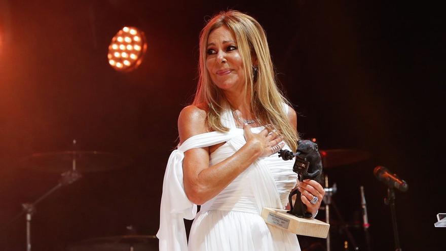 Ana Obregón dedica el premio del FesTVal a su hijo Aless y a su madre