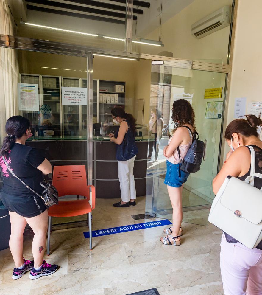 Un grupo de trabajadoras del centro de mayores de Callosa d'en Sarrià protesta en el Ayuntamiento