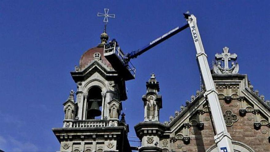 San Juan culmina dos años de obras con la colocación de la cruz de una de las torres