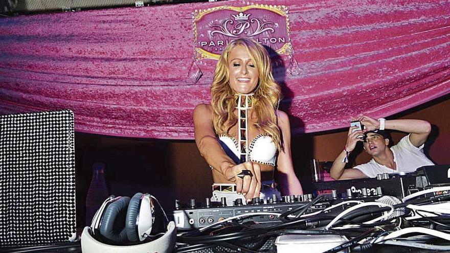 Suspendido un policía de Eivissa por hacer de guardaespaldas de Paris Hilton