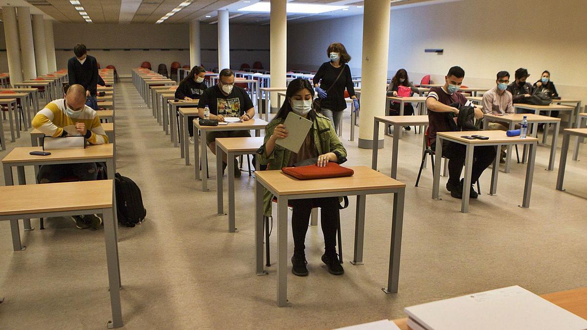 Un grupo de alumnos en un examen en las instalaciones del campus de Barredo. | Fernando Rodríguez