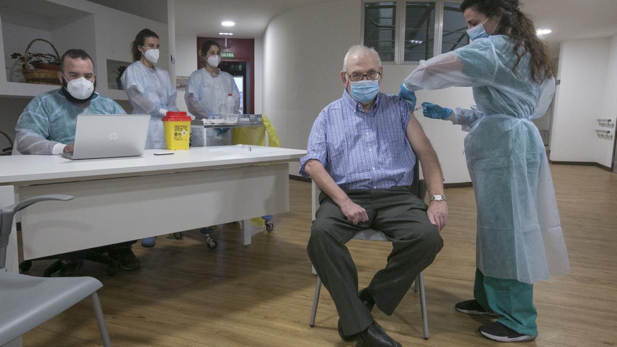 Domingo Guzmán, otro de los residentes que se sometió a la segunda vacunación.