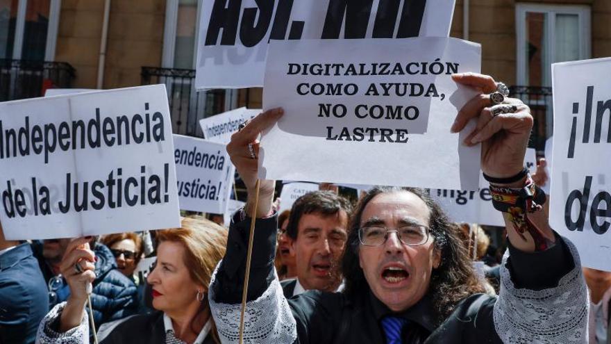 Unos 200 jueces y fiscales exigen frente al Ministerio la dimisión del ministro Catalá