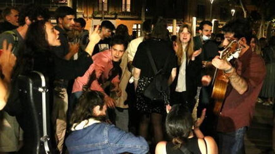 'Botellón' i carrers  plens passades les dotze en la primera nit sense toc de queda