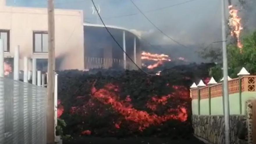 La lava llega a las viviendas de la zona El Paraíso, en Los Llanos de Aridane (La Palma)