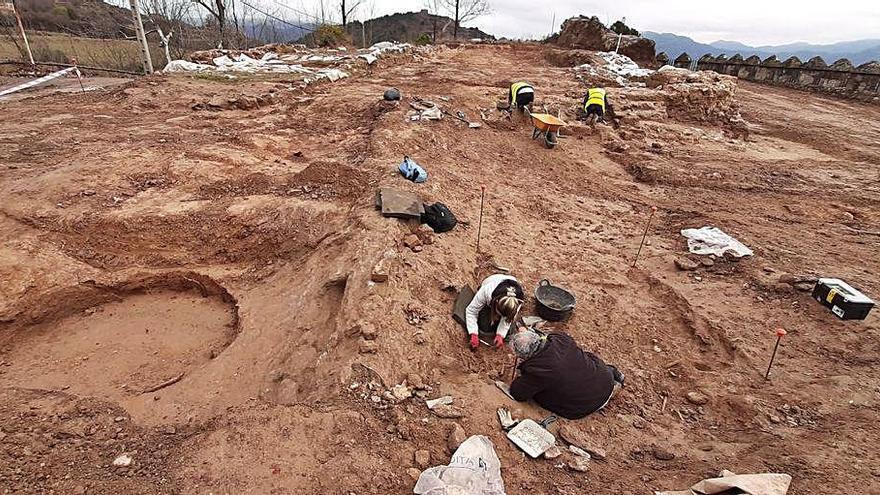 La retirada del vas de la piscina del castell de Berga fa aflorar 11 esquelets medievals