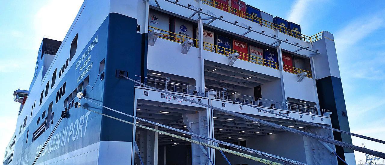 Buque «Eco Valencia», de la naviera Grimaldi, atracado en el recinto del Grao en una reciente escala. | LEVANTE-EMV