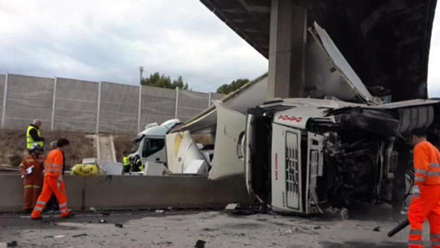 Colapso en el 'bypass' por el vuelco de un camión