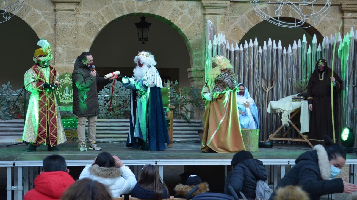 El alcalde le hace entrega de las llaves de Benavente a los Reyes Magos. / E. P.