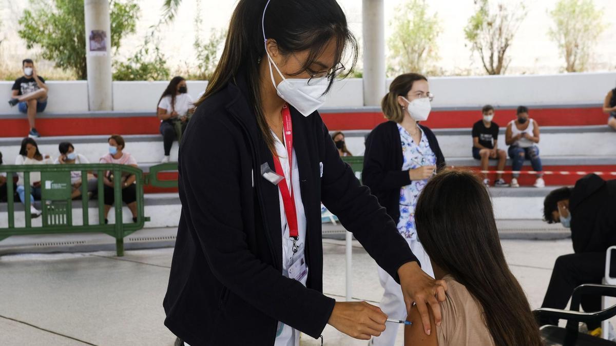 Vacunación en Canarias conrta el covid de mayores de 14 años.