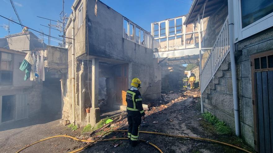Un incendio calcina una casa en el municipio ourensano de Xunqueira
