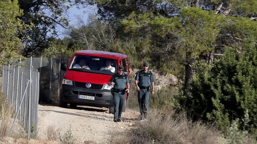 Investigado por arrojar 8 cachorros de perro en un contenedor en Cantabria