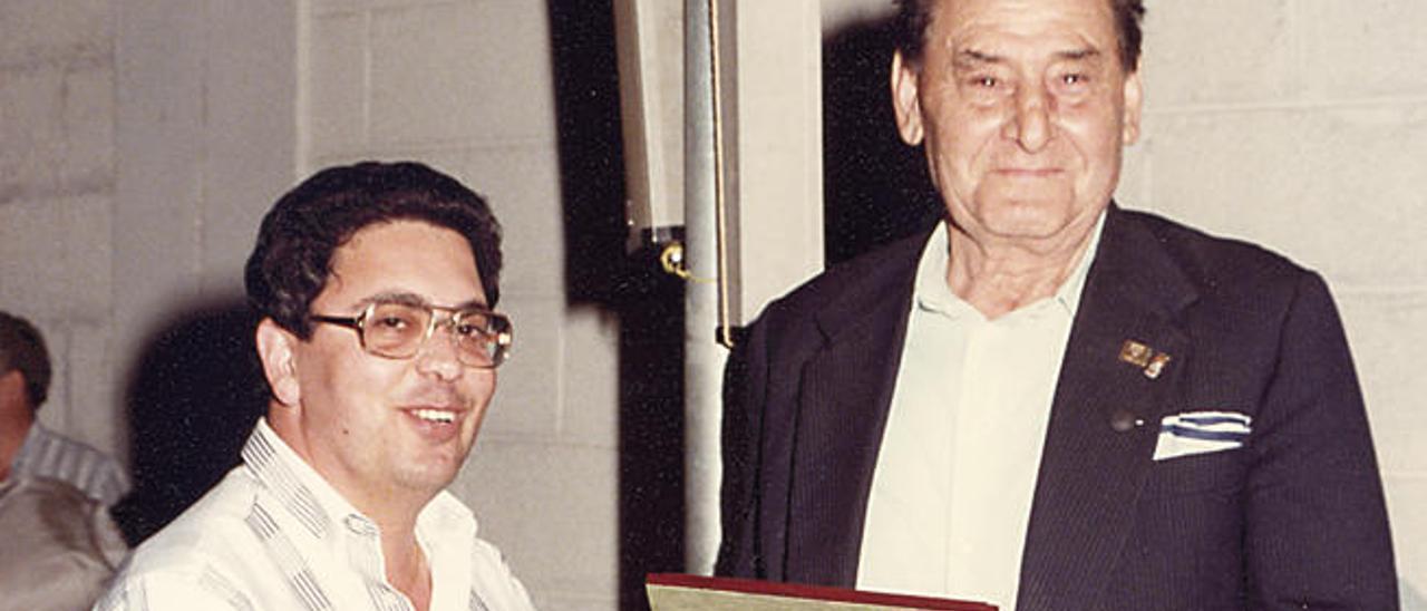 Antonio Martín Falcón le entrega una placa a José Rodríguez, 'el Faro de Maspalomas'.
