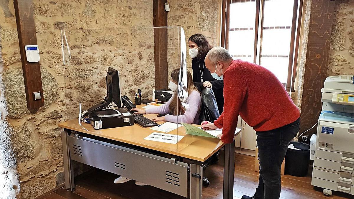 Trabajadores en la nueva área descentralizada de Servizos Sociais de Oleiros en la Torre Bescansa     // L.O.