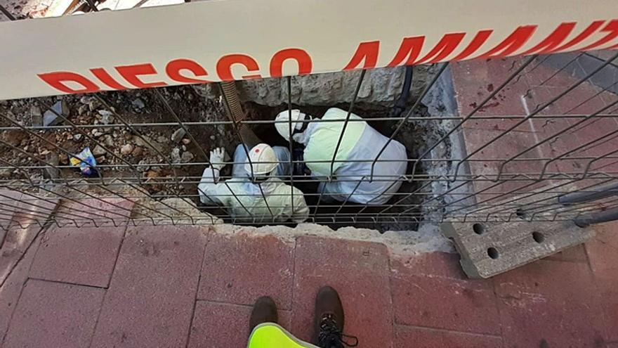 Aquona retira tuberías de amianto en pleno centro de Benavente