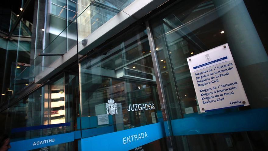 A juicio por agredir a su pareja, que saltó por la terraza de su piso de Oviedo para huir del ataque