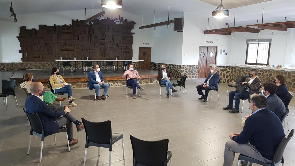 Alcaldes y representantes municipales de Los Pedroches, en la reunión con los delegados de la Junta.