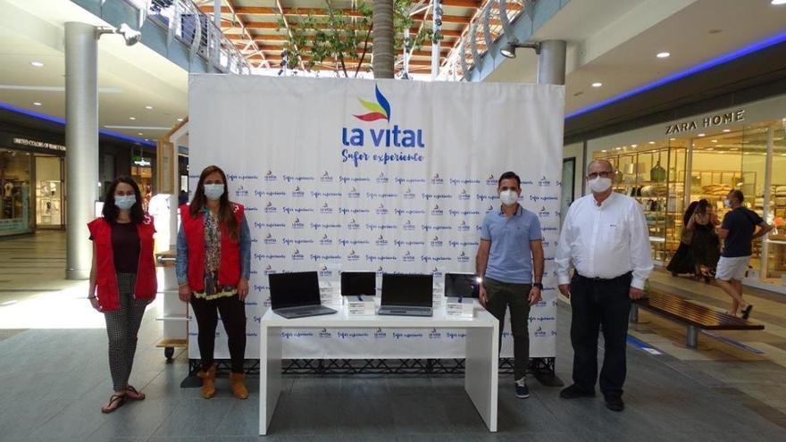 La Vital dona material tecnológico a Cruz Roja Gandia para su programa de Educación