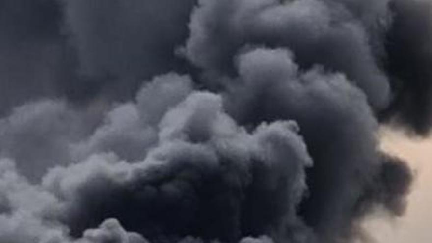 Rescatan a los cuatro ocupantes de un yate al incendiarse en las Malgrats