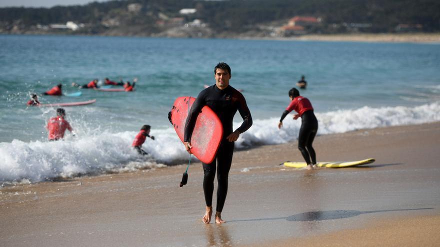 El surf genera ingresos en A Lanzada