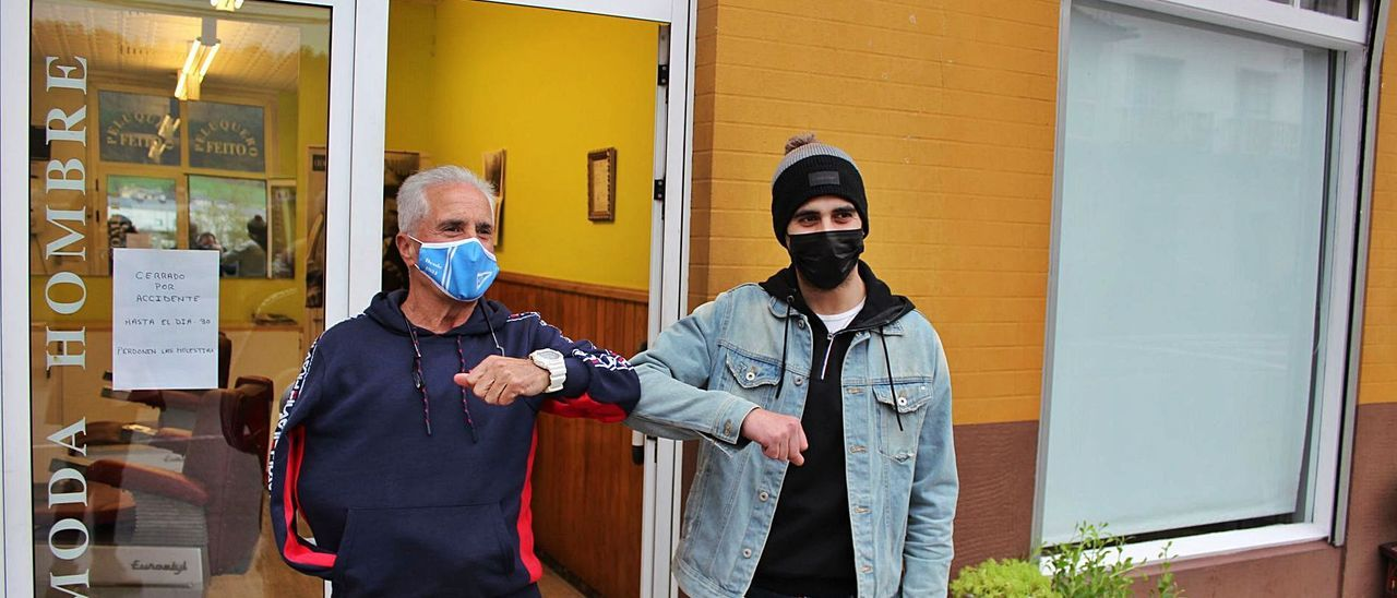 Eugenio Feito y Bruno Méndez, ayer, en Trevías, delante de la peluquería del primero.   T. Cascudo