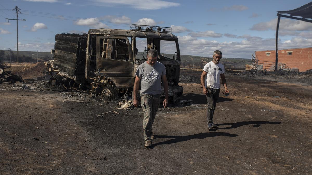 Los hermanos Rey en la explotación de Vegalatrave arrasada por las llamas
