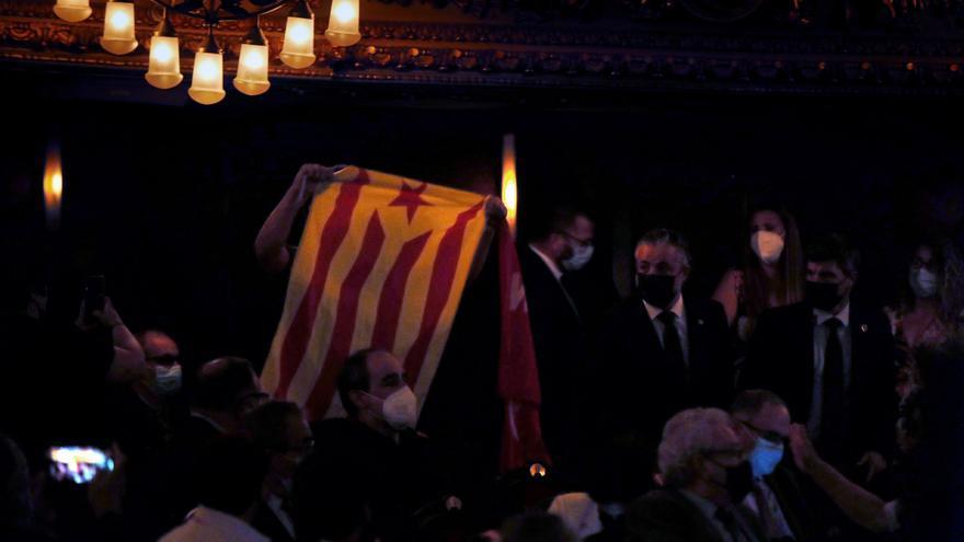 Sanchez, recibido en Barcelona entre insultos y pancartas de independencia