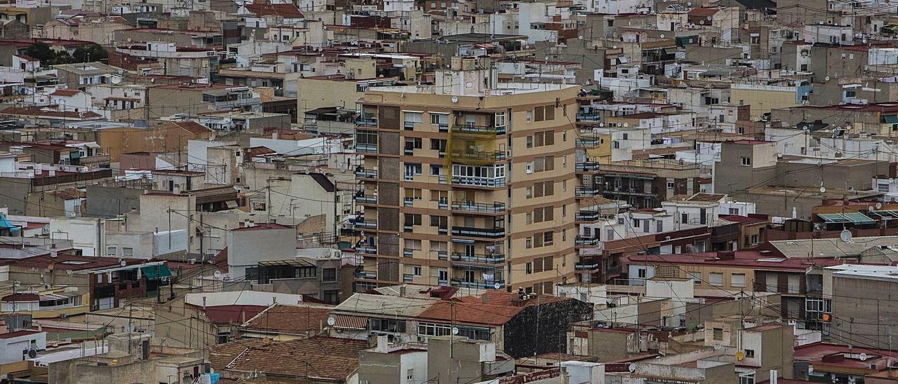 Vista aérea parcial de la ciudad de Alicante, cuyos vecinos, como en toda la provincia, sufren la crisis del covid.