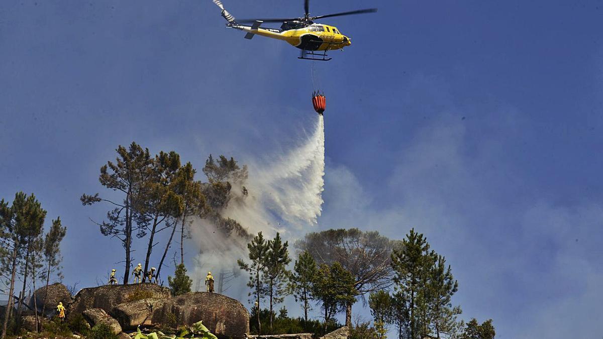 Medios aéreos y terrestres en el incendio registrado el miércoles en Ourense. |   // ROSA VEIGA
