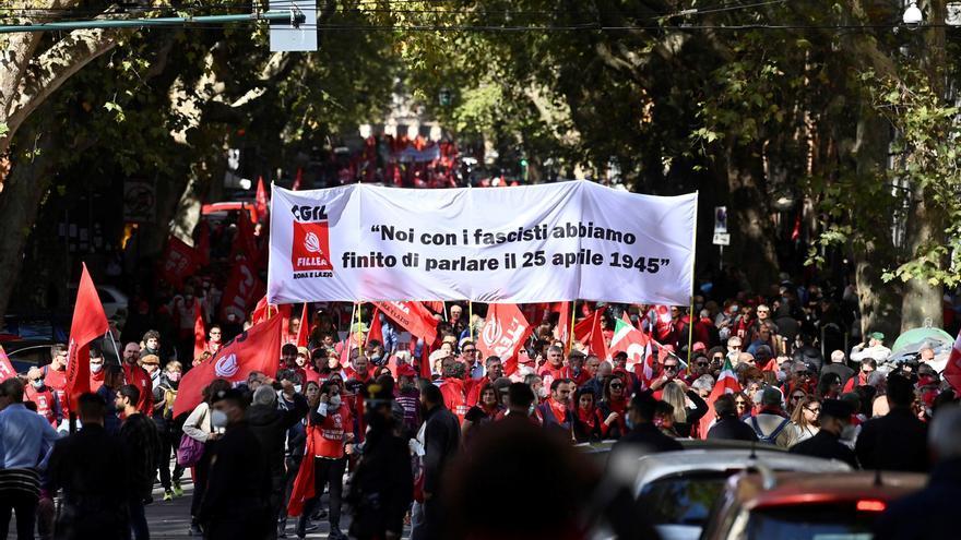 Miles de personas marchan en Roma contra al fascismo