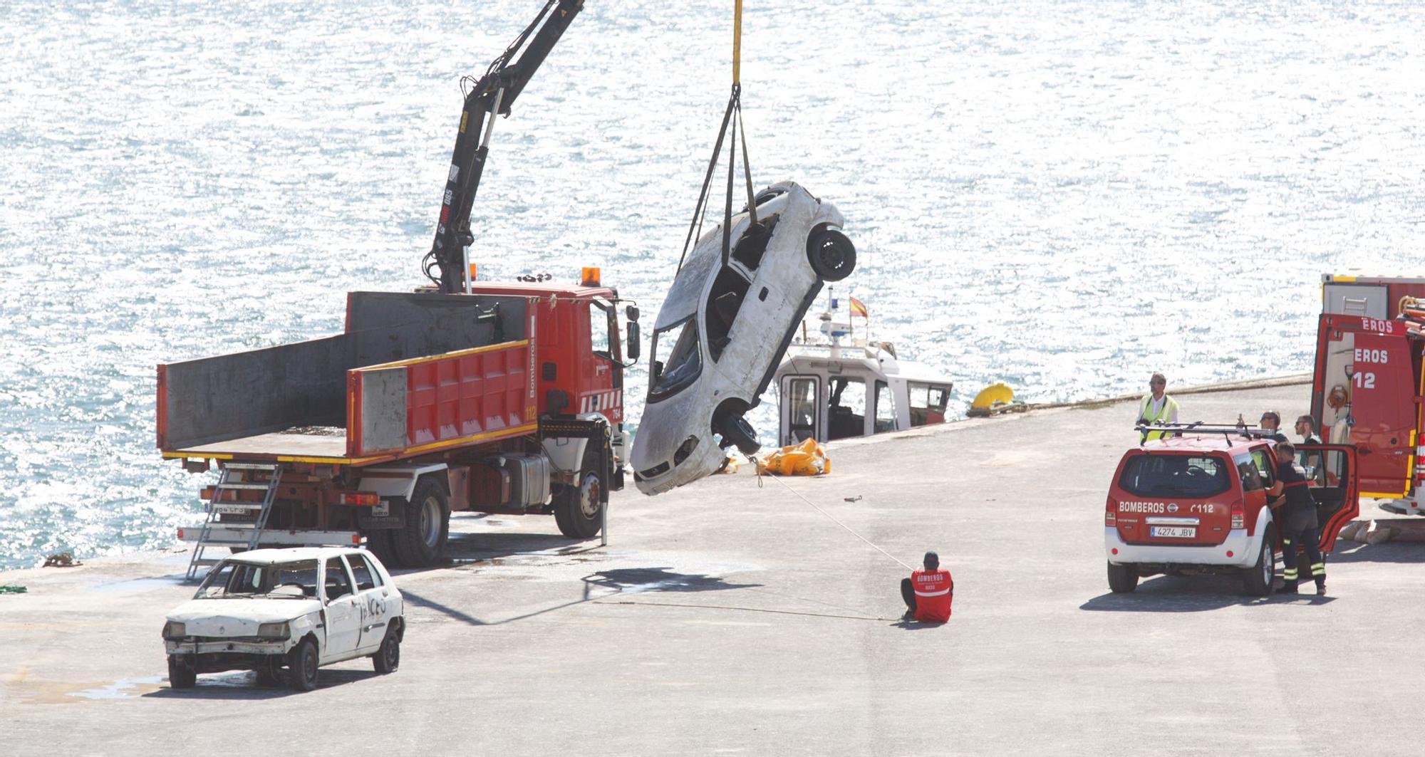 Los bomberos reflotan los coches que tiraron al puerto sin acreditar si los descontaminaron