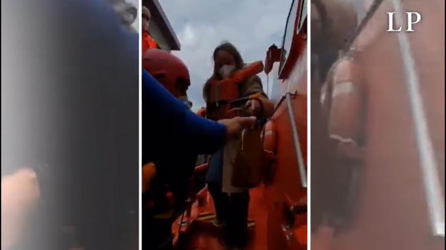 El pasaje del barco encallado llega al Muelle de Agaete