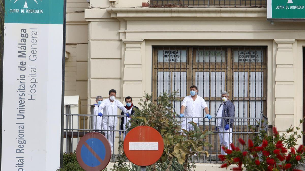 Sanitarios en la entrada del Hospital Regional.