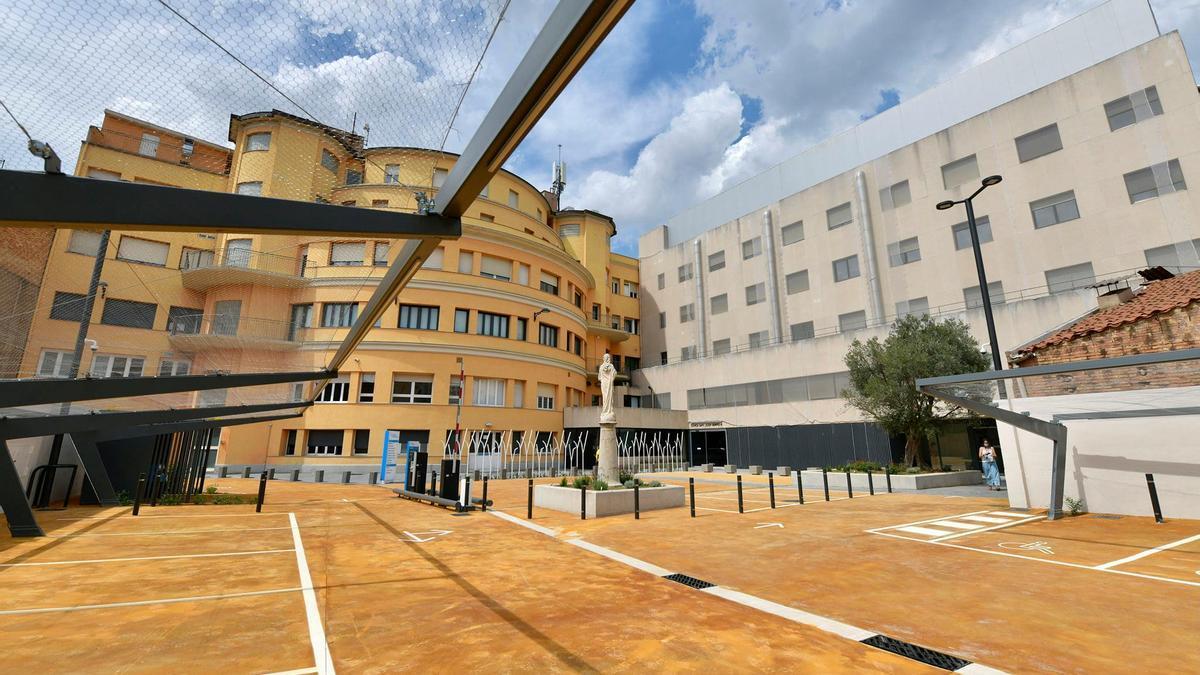 Façana de la Clínica Sant Josep de Manresa des de l'aparcament.