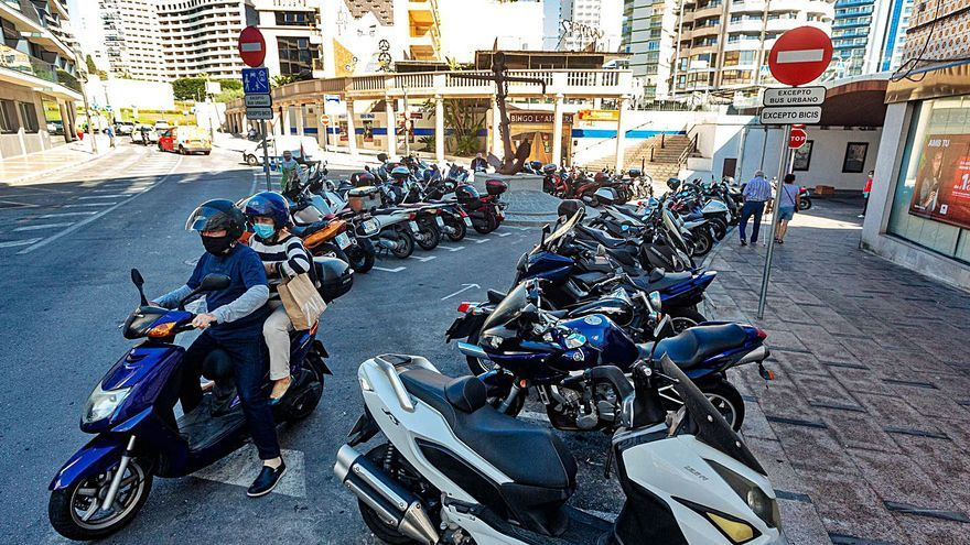 El número de motos en Benidorm ya triplica las plazas disponibles de parking