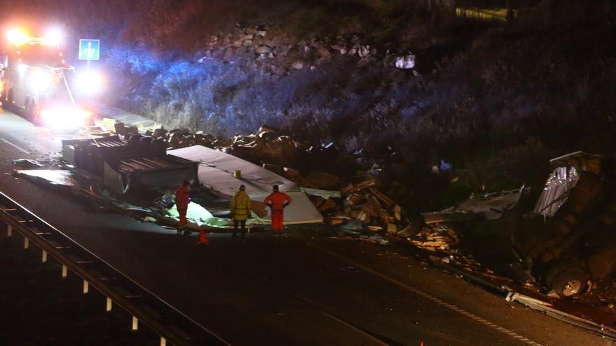Fallece una persona tras colisionar contra un camión en la A-6 en Camponaraya (León)