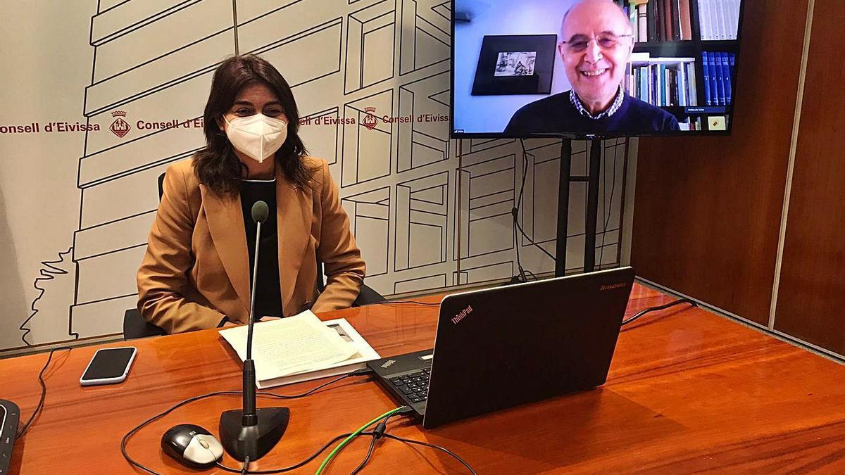 Sara Ramon e Isidor Marí en la pantalla, en la presentación de ayer.   CE