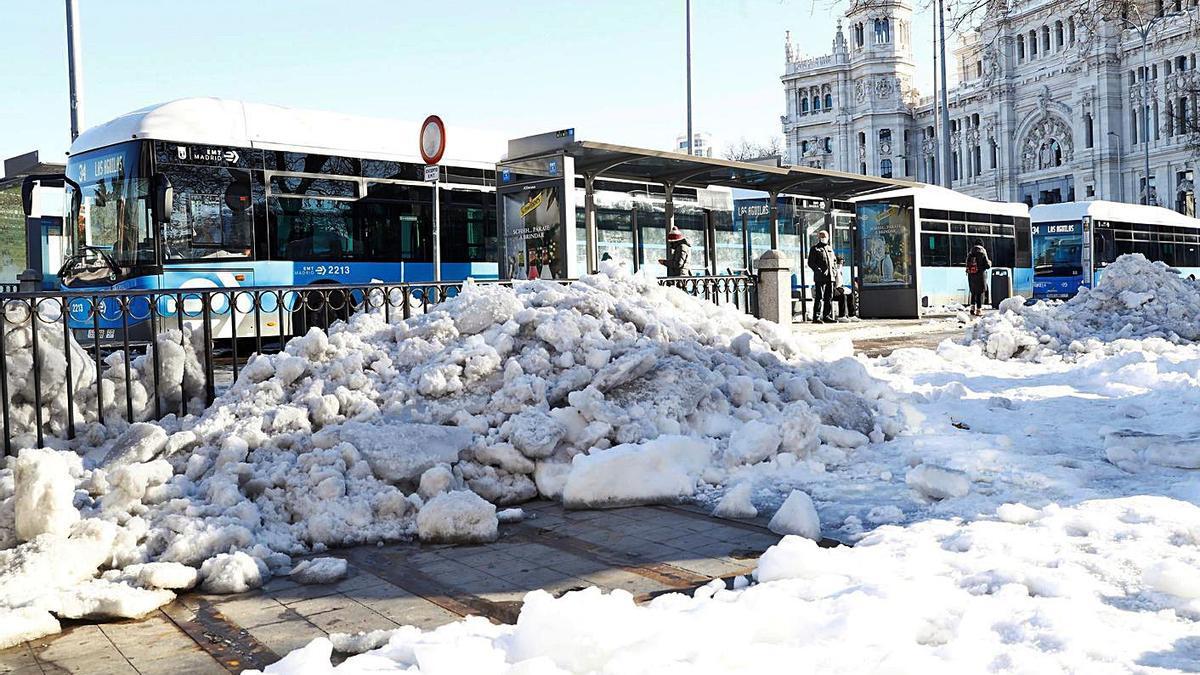 Nieve acumulada en la Plaza de Cibeles de Madrid, ayer. |   // EFE