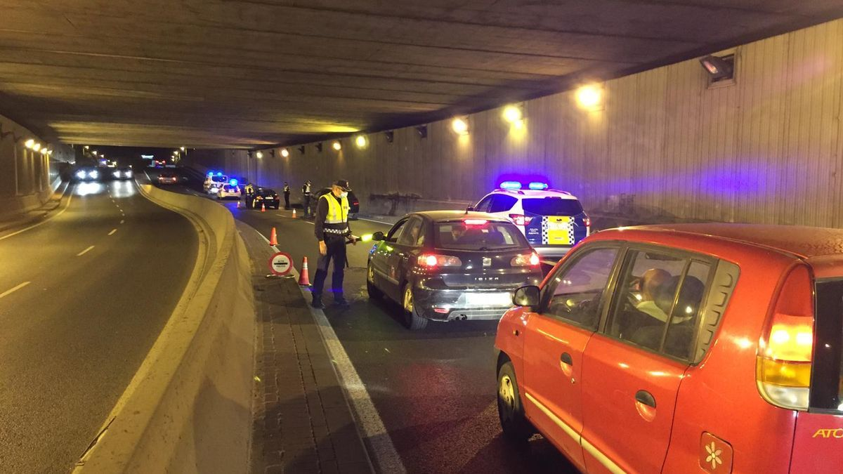 Los agentes durante el control de tráfico realizado en el túnel de Dénia
