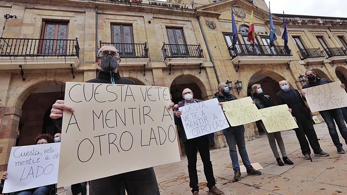 Vecinos del valle de Las Caldas, durante la concentración de ayer en la plaza del Ayuntamiento. | Miki López