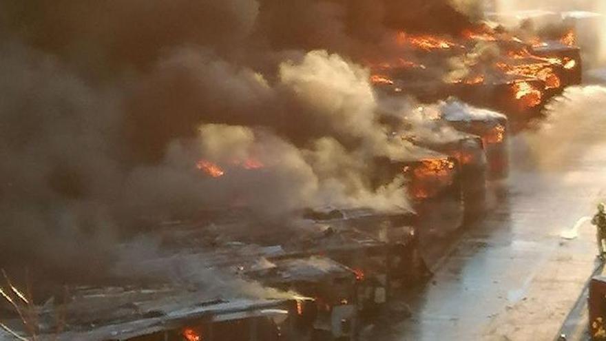 Espectacular incendio en las cocheras de EMT de Valencia